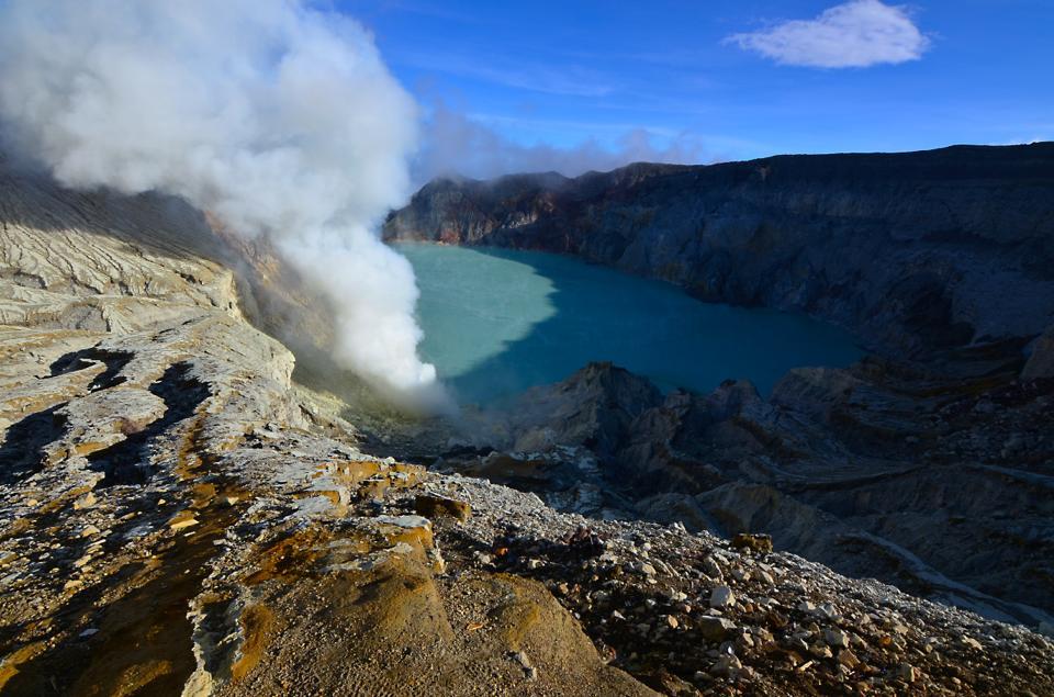 Indonesia Itinerary mt ijen in java aqua crater lake