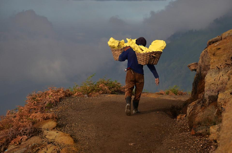 mt ijen miner carrying sulphur