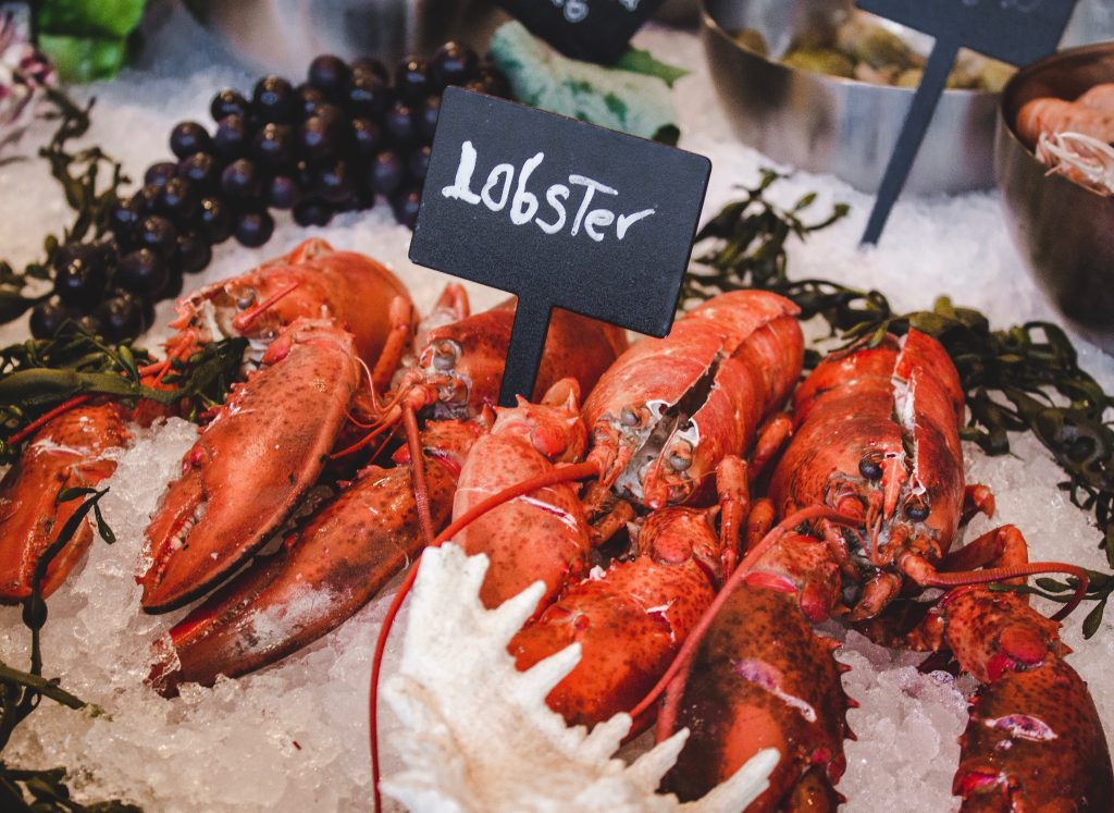 things to do in mirissa - eat seafod on the beach - lobsters on ice