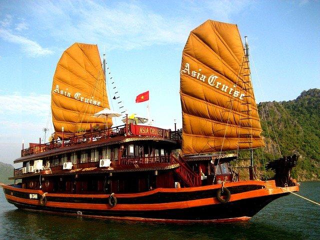 vietnam boat in halong bay
