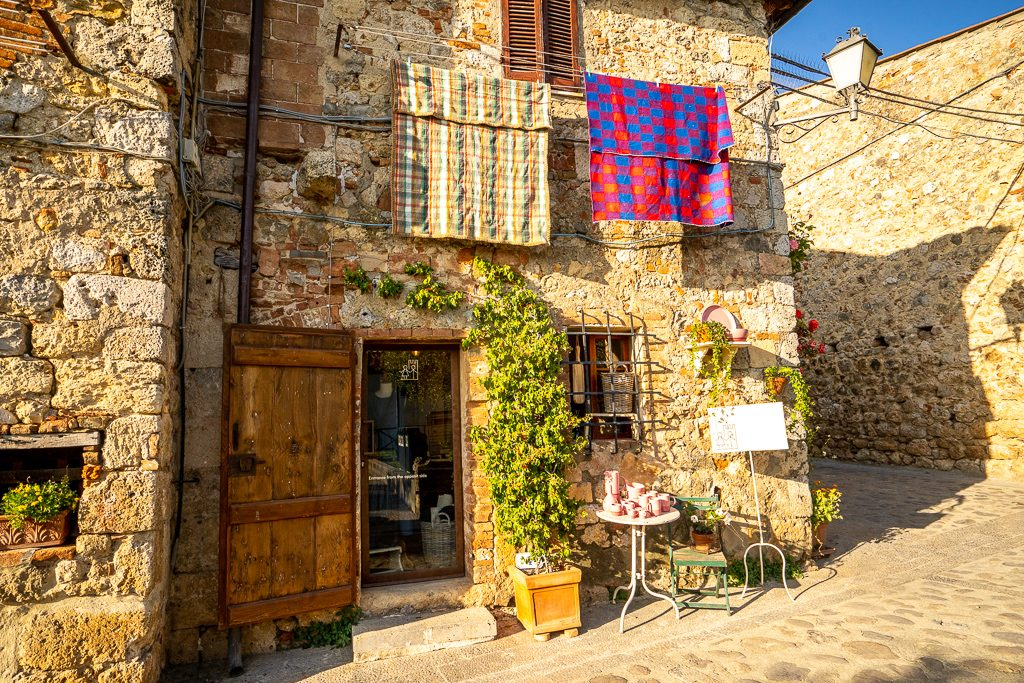 charming little shop in monteriggioni