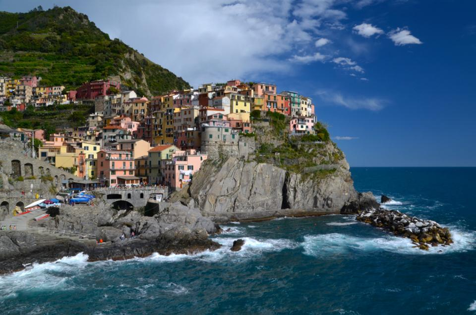 inque de terre coastline italy with lots of colourful houses
